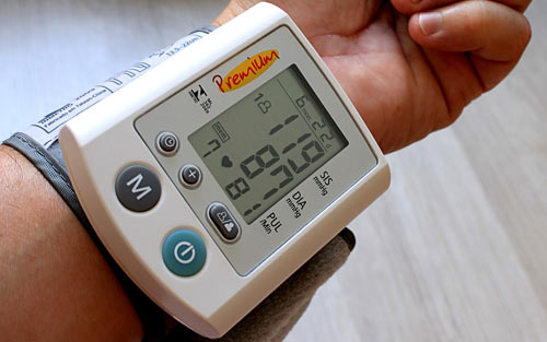 Automated wrist blood pressure monitor